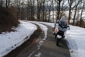 Motor in de sneeuw